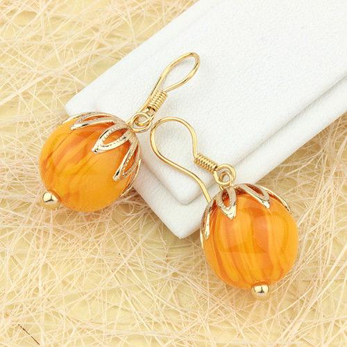 Весёлые серьги «Манго» в форме ягоды из искусственного янтаря с позолоченной петелькой купить. Цена 175 грн