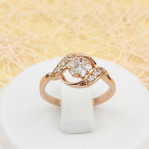 Забавное кольцо «Клевер» с бесцветными фианитами в ажурной оправе с золотым покрытием фото. Купить