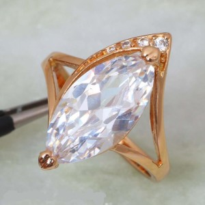 Крупное кольцо «Княгиня» с большим вытянутым цирконом в изящной позолоченной оправе фото. Купить
