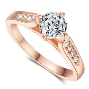 Традиционное кольцо «Беатрис» классической формы со стразами Сваровски и качественной позолотой купить. Цена 165 грн или 520 руб.