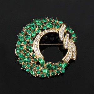 Симпатичная брошь «Веночек» круглой формы с зелёными и бесцветными стразами купить. Цена 89 грн