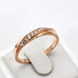 Тонкое кольцо «Бритни» (бренд-ITALINA) с полосой из камней Сваровски и покрытием из розового золота фото. Купить