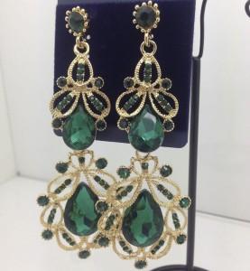 Эффектные серьги «Властелина» большого размера с зелёными камнями в металле под золото купить. Цена 275 грн или 860 руб.