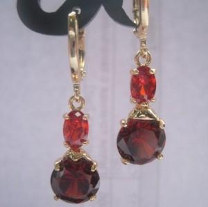 Привлекательные серьги «Кабаре» с двумя цирконами красного цвета в позолоченной оправе купить. Цена 165 грн или 520 руб.
