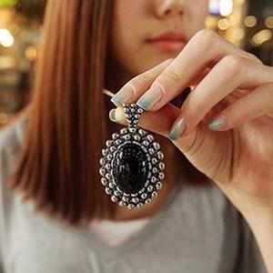 Овальная подвеска «Наварра» из металла под старинное серебро с чёрным камнем в кулоне купить. Цена 85 грн или 270 руб.