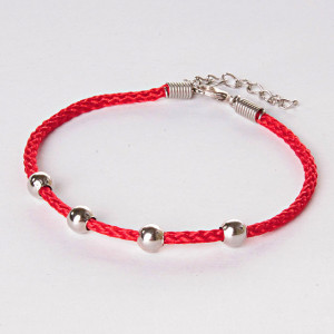 Недорогой браслет в виде красной нити с серебристыми бусинами купить. Цена 39 грн