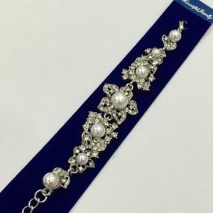Серебристый браслет «Чудесный» с блестящими стразами и белыми бусинами купить. Цена  грн