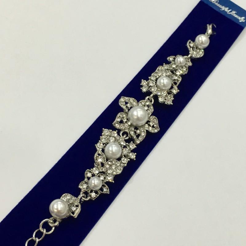 Серебристый браслет «Чудесный» с блестящими стразами и белыми бусинами купить. Цена 265 грн